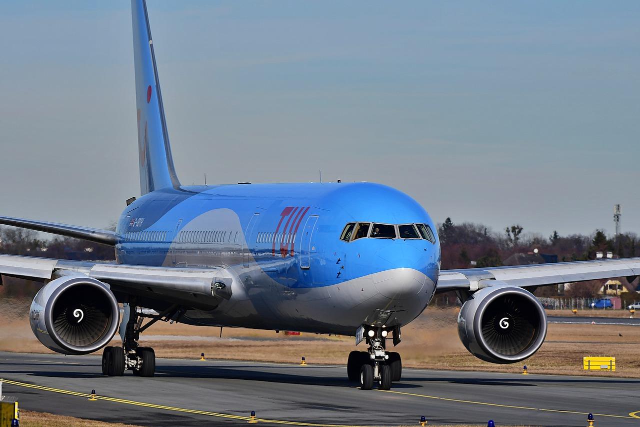 В аэропорту Сочи самолет Боинг 767 выпустил аварийный трап