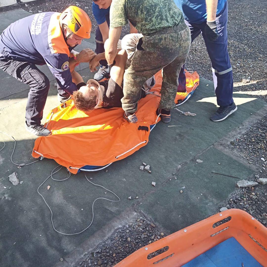 В Новороссийске сорвался с высоты промышленный альпинист