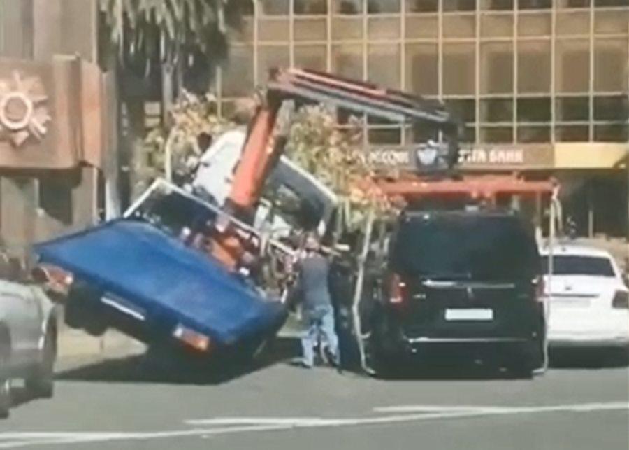 В Сочи эвакуатор перевернулся при погрузке Mercedes и повредил Volkswagen