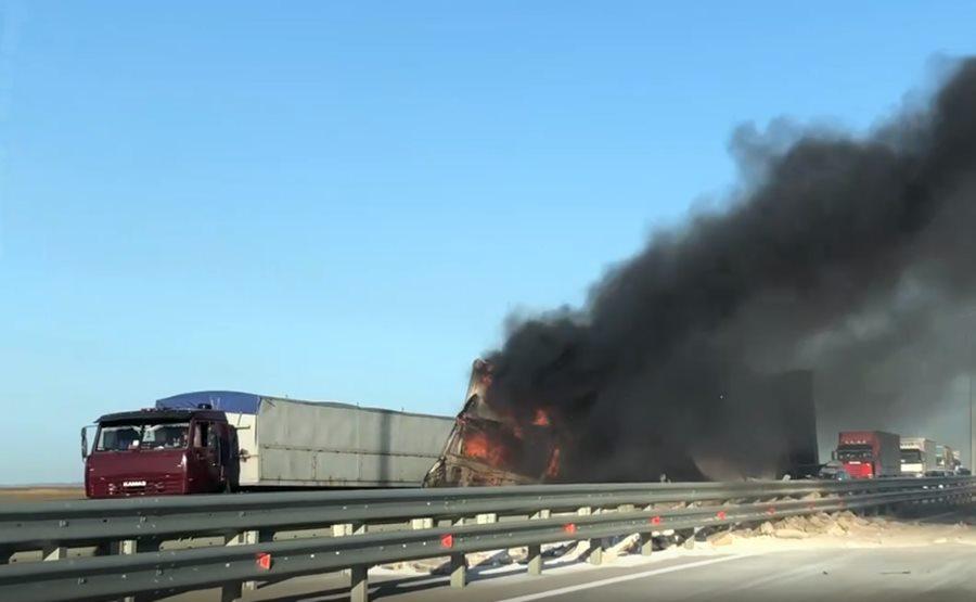 У Крымского моста на трассе Анапа — Керчь загорелся грузовик