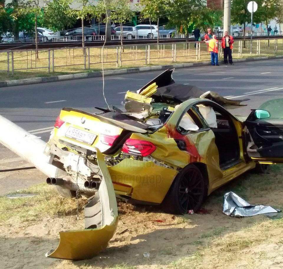 В Краснодаре водитель на золотом BMW снес бетонный столб