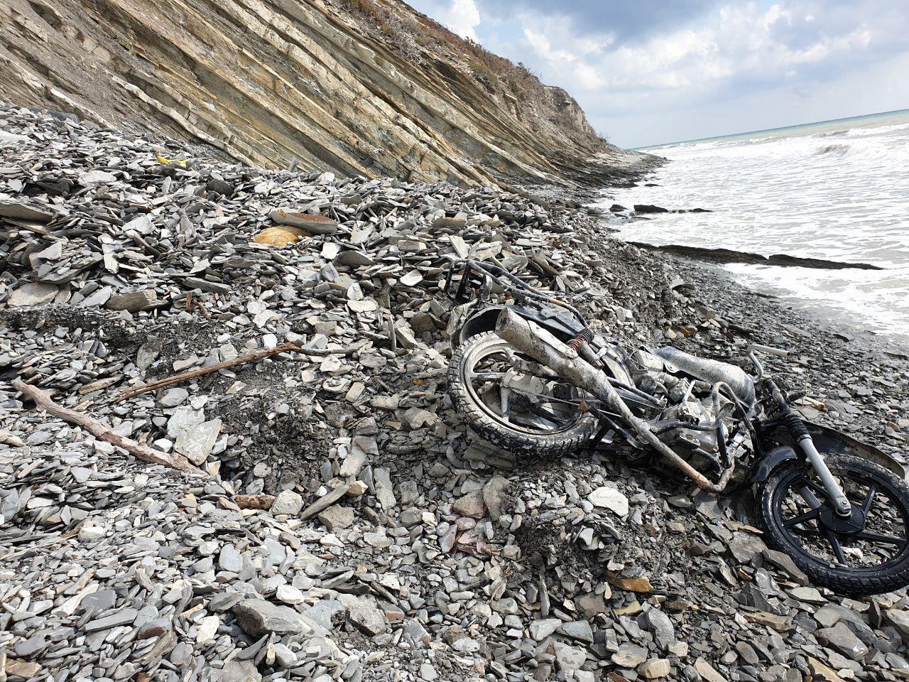 В Анапе у скал найден разбитый «байк-призрак»