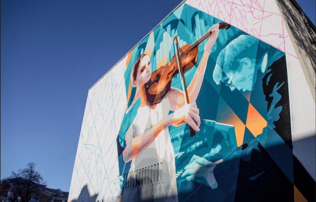 Власти Краснодара не знают о будущем недорисованного граффити на здании мэрии