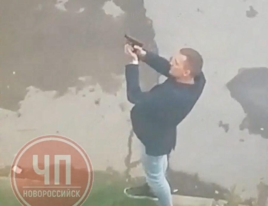 В Новороссийске мужчина открыл стрельбу из пистолета возле детского сада