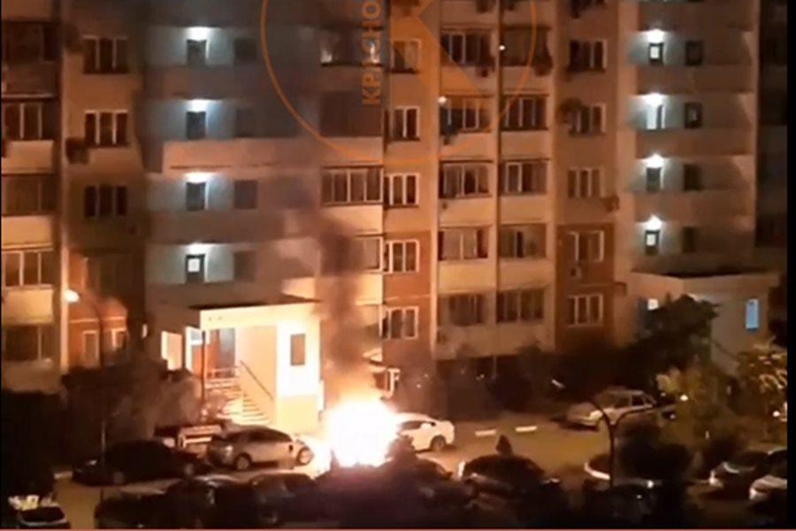 В Краснодаре на Гидрострое ночью сгорели две машины