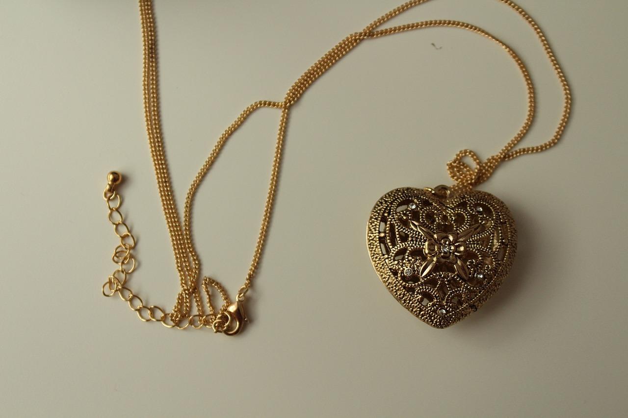 В Краснодаре грабитель срывал золотые цепочки с женщин по улице Ставропольской