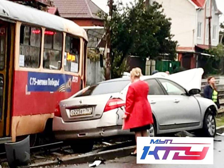 В Краснодаре трамвай сошел с рельсов после столкновения с легковушкой