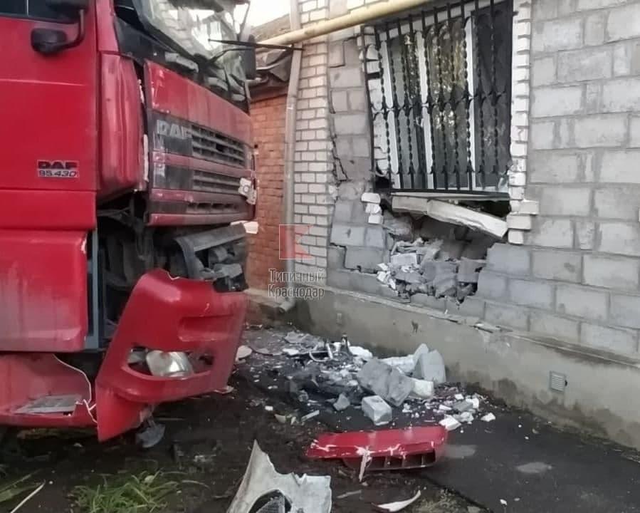 В Краснодаре фура врезалась в частный дом после ДТП с легковушкой