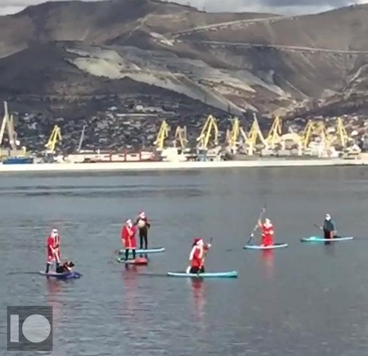 В Новороссийске сняли на видео хоровод в море Дедов Морозов и Снегурочки