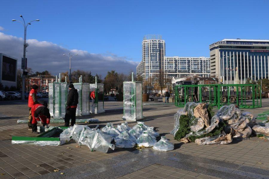 В Краснодаре устанавливают главную городскую елку: сколько она стоит, кто ее нарядит и куда дели прежнюю
