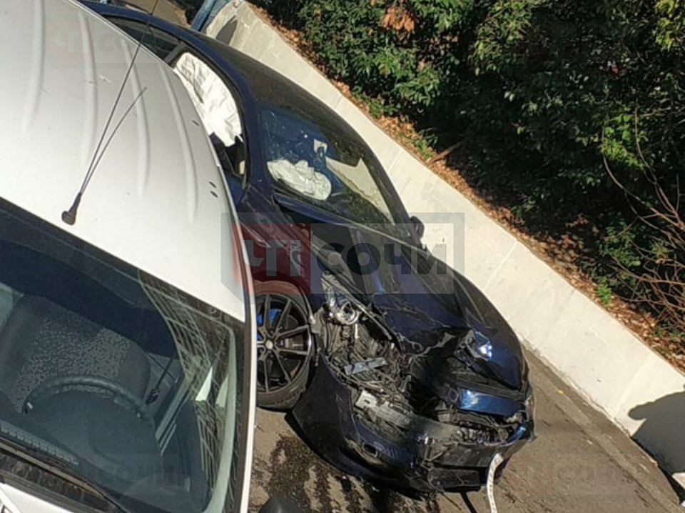 В Сочи водитель на BMW врезался в припаркованные автомобили