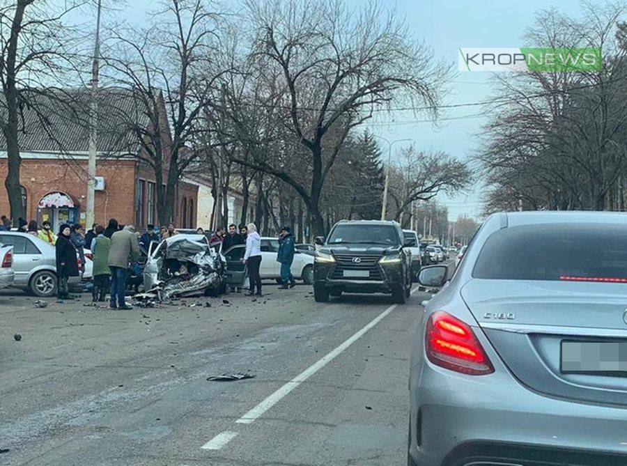В Кропоткине произошло ДТП с участием девяти машин, три человека пострадали