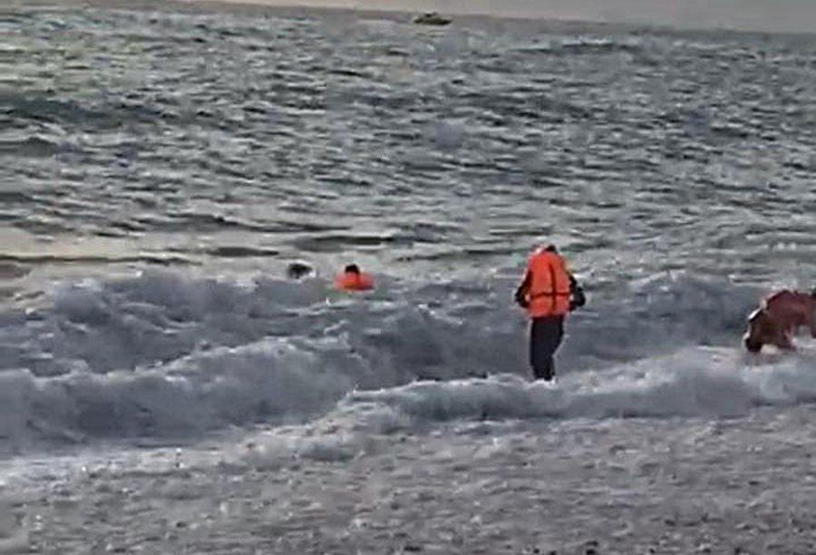 В Сочи из моря вытащили трех тонущих мужчин
