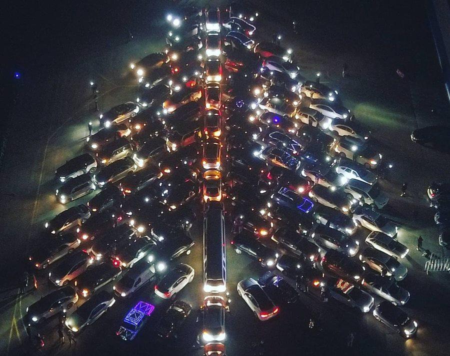 Гигантскую елку из машин, мотоциклов и вертолета выстроили на аэродроме под Краснодаром
