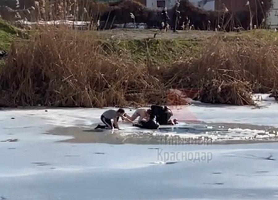 В Краснодаре прохожие спасли двух школьников, которые провалились под лед на Карасунских озерах