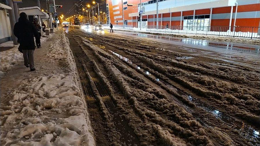 Жители Краснодара пожаловались на гололед и горы снега на тротуарах