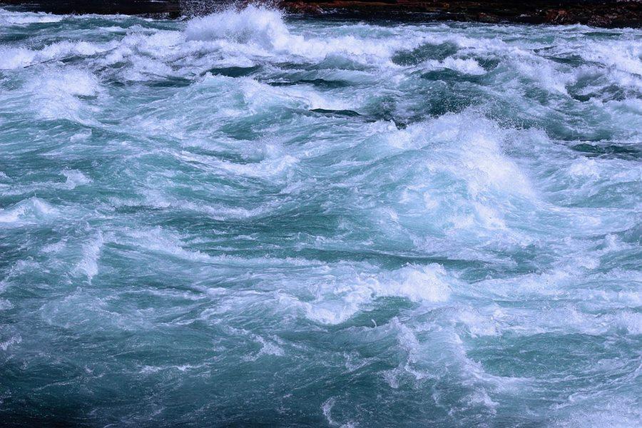 В Сочи мужчина застрял на островке посреди бурной реки