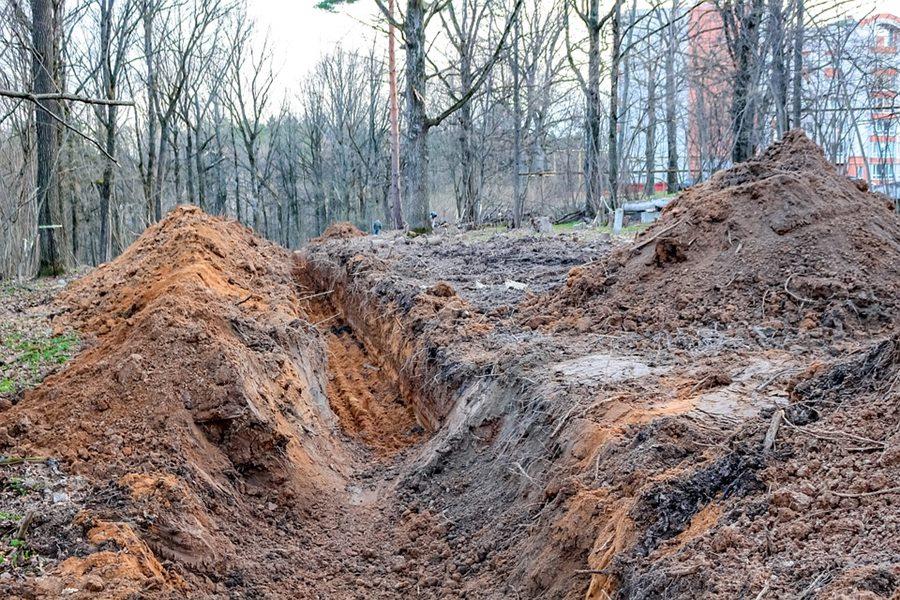В Краснодаре во время работ по прокладке труб двух рабочих завалило в траншее