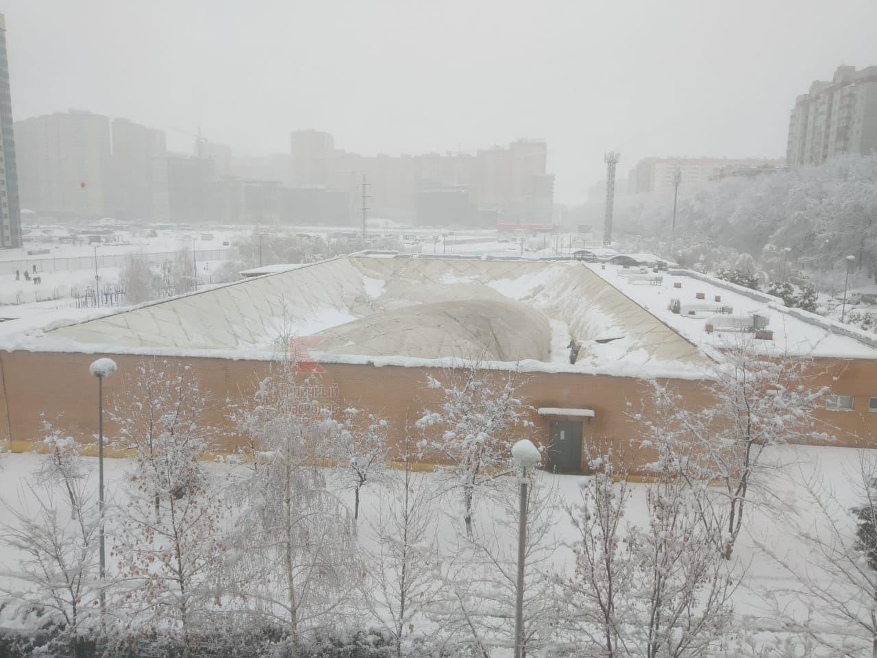 В Краснодаре под весом снега провалилась крыша спорткомплекса
