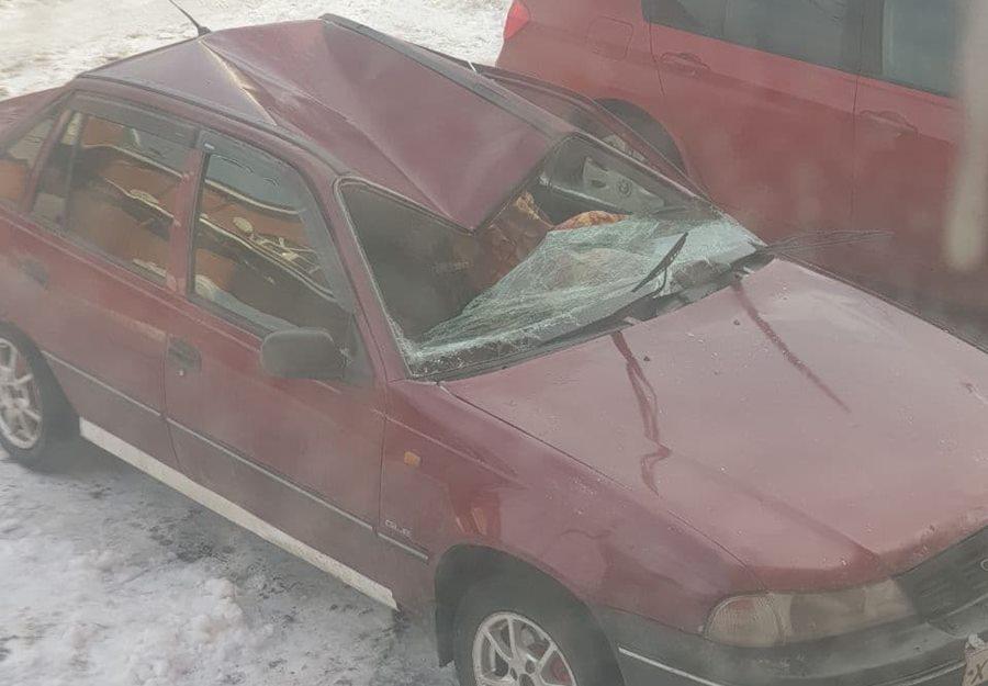 В Краснодаре с крыши многоэтажки на машины рухнула глыба снега