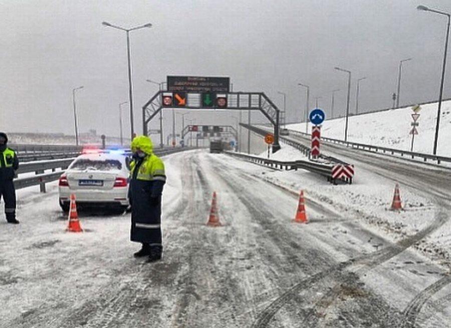 Проезд по Крымскому мосту впервые закрыт из-за непогоды