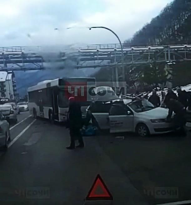 В Сочи автобус столкнулся с автомобилем такси