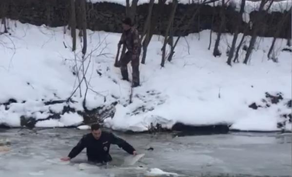 На Кубани полицейский вытащил из обледеневшей реки тонущего мужчину