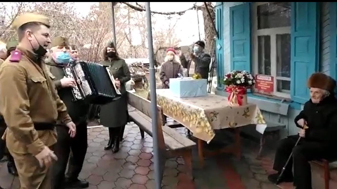 Жители Тихорецкого района спели для ветерана народные песни в честь его 100-летия