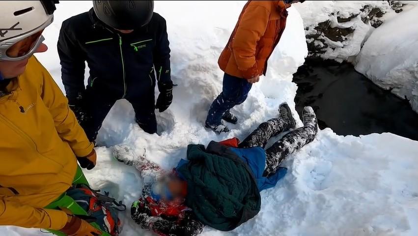 В Сочи спасли лыжника, который на скорости влетел в прорубь