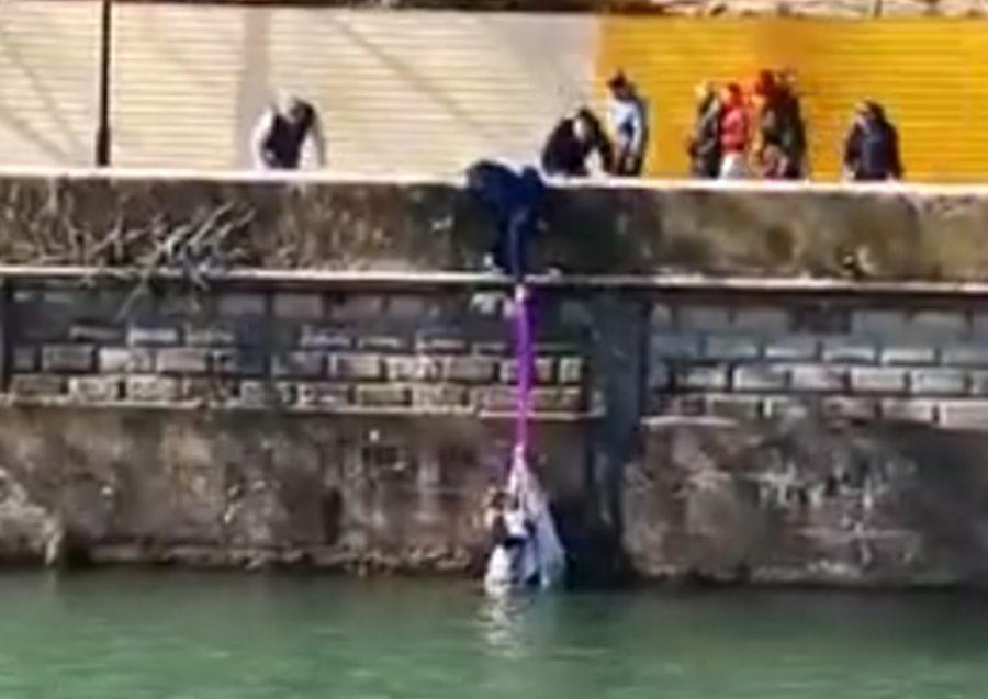В Сочи девушка бросилась в ледяную реку для спасения тонущей собаки