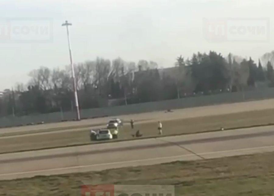 На взлетную полосу аэропорта Сочи проник мужчина