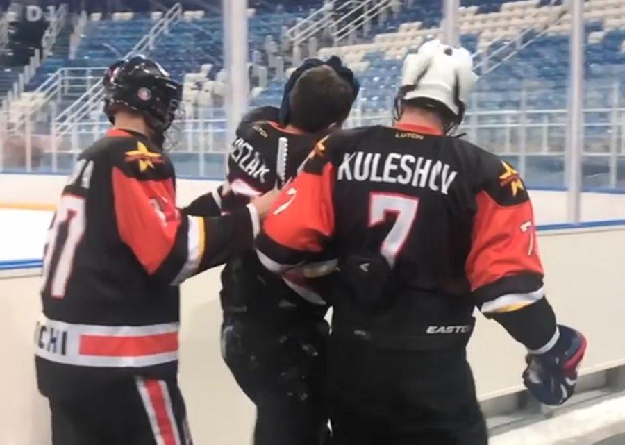 В Сочи хоккеист избил игрока команды противника клюшкой по голове