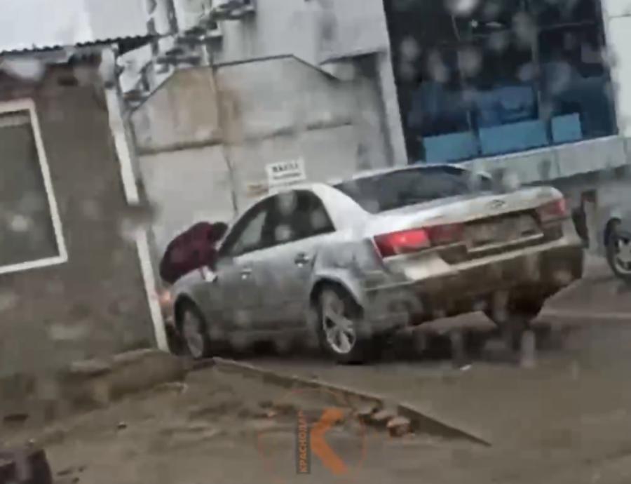 В Краснодаре водитель сбил мужчину, который набросился с молотком на его авто