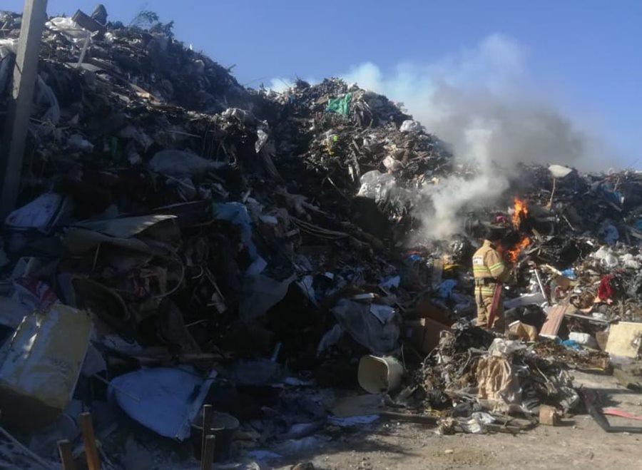 В Анапе больше суток горит мусор на полигоне ТБО