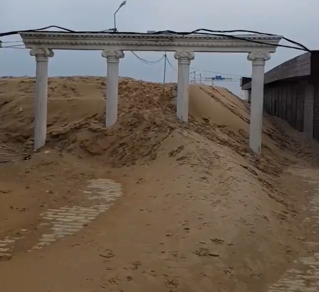 Набережная под Анапой превратилась в песчаные дюны