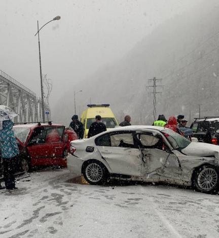 На дороге в Красную Поляну произошло жесткое ДТП, два человека пострадали