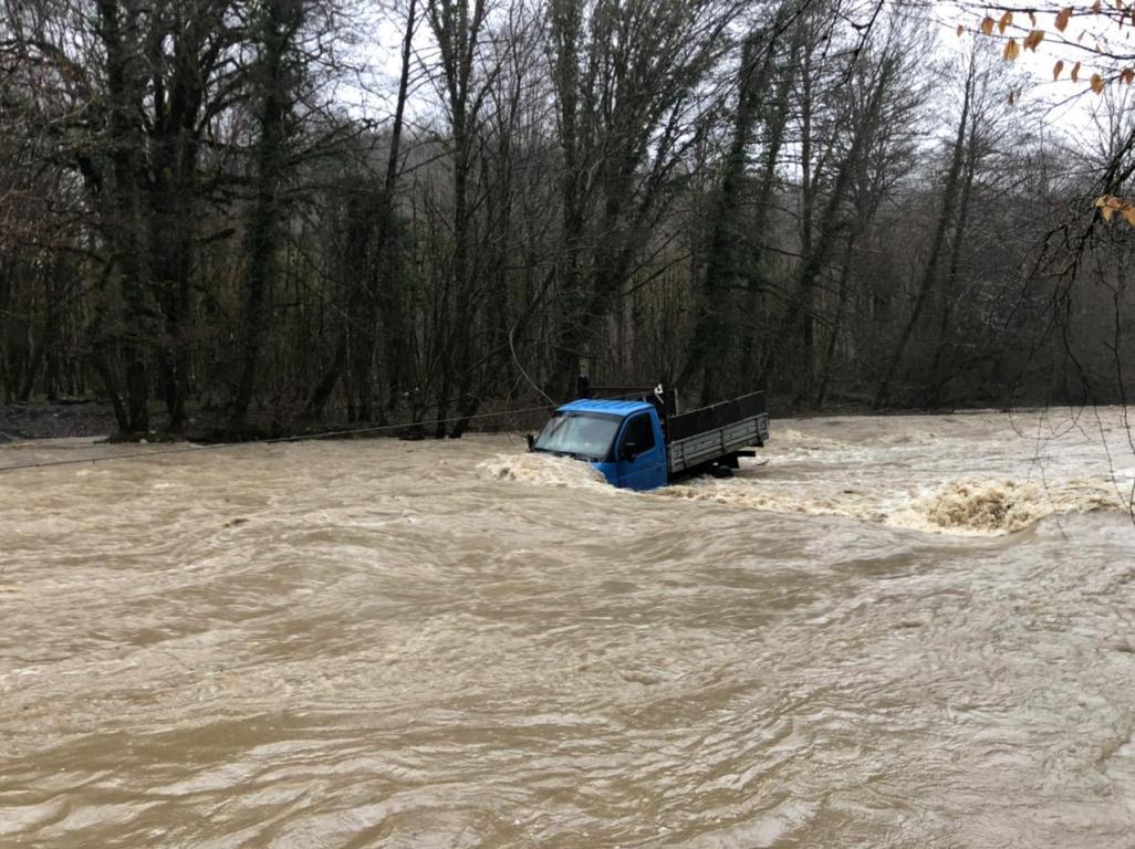 В Сочи эвакуировали людей из ГАЗели, которую унесло течением реки