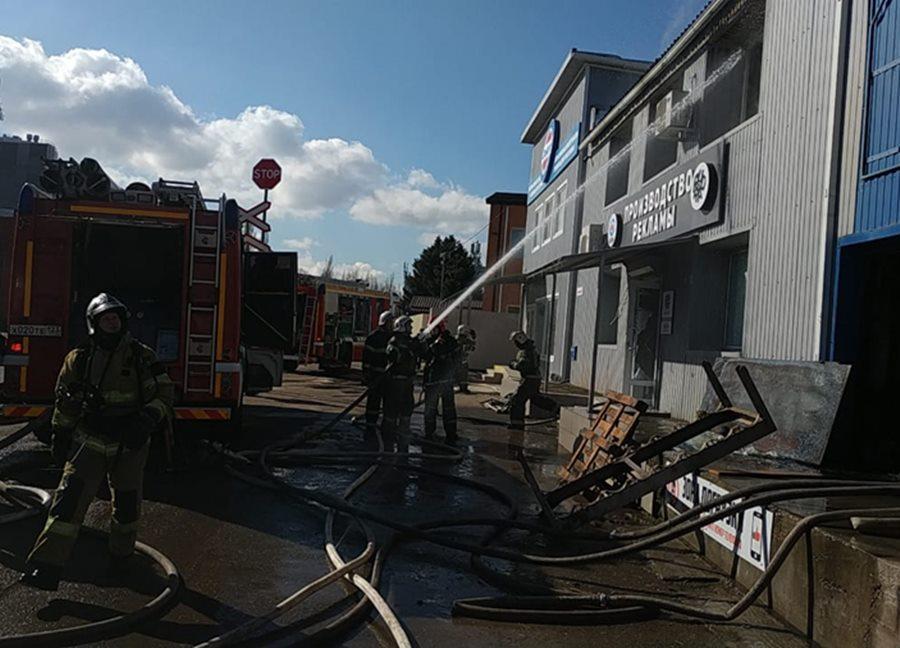 В Краснодаре в районе Вишняковского рынка загорелся склад