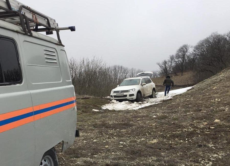 В Новороссийске мужчина провел ночь в горах из-за застрявшего в грязи авто