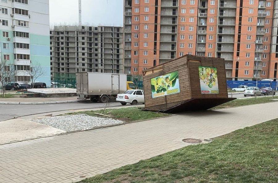 В Новороссийске из-за ураганного ветра до 35 м/с включили сирены