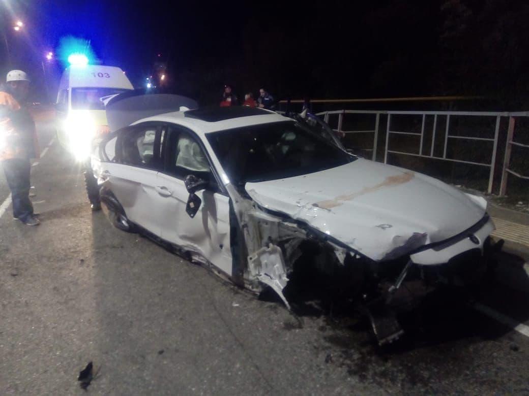BMW врезался в отбойник у аэропорта Сочи, один человек погиб