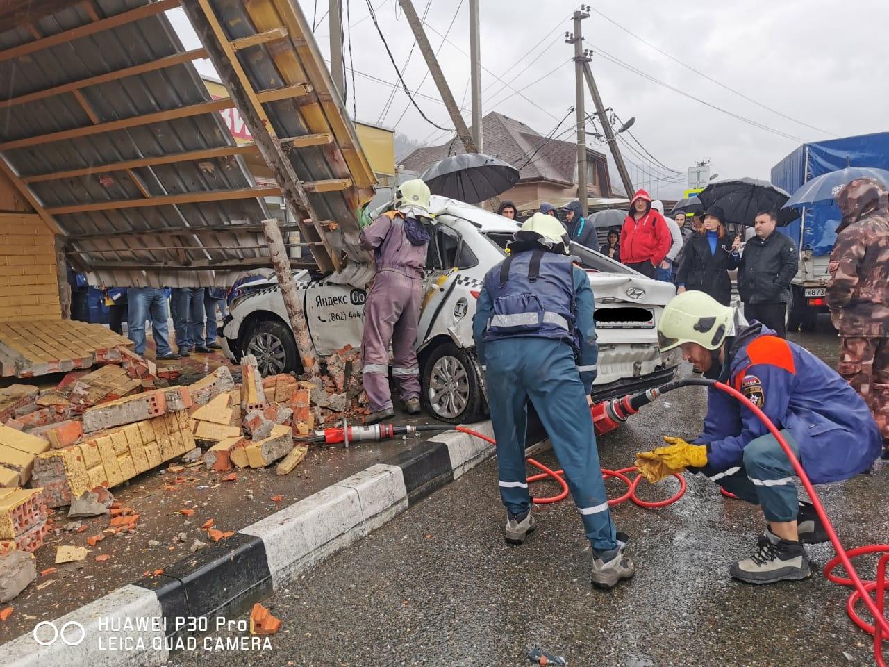 В Сочи автомобиль такси протаранил кирпичную остановку