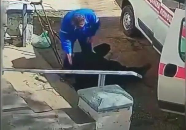 На Кубани фельдшер бросил инвалида на крыльце больницы, прокуратура проводит проверку