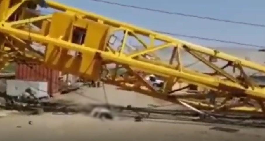 В Краснодаре при падении крана на стройке Яблоновского моста погиб мужчина