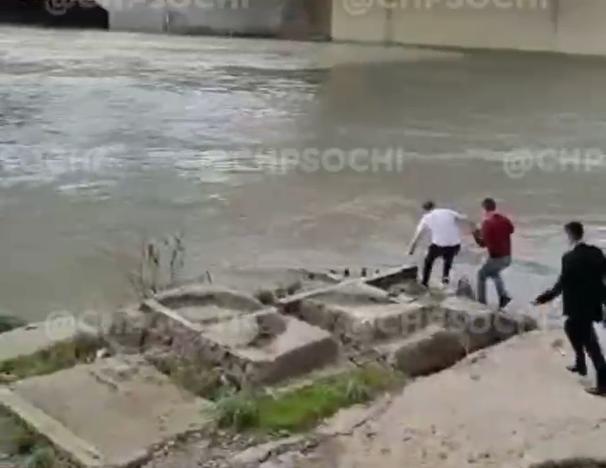 В Сочи очевидец спас из реки утопающего, которого уносило течением в море