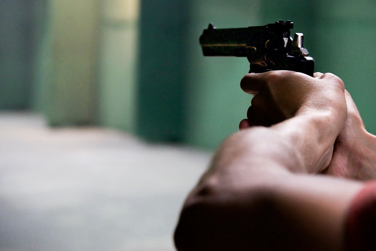 В Краснодаре вооруженный преступник проник в дом, убил хозяина и ранил членов его семьи