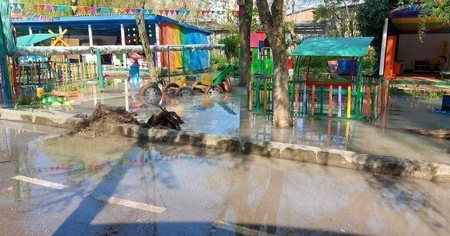 На Кубани территорию детского сада затопило сточными водами из-за аварии на КНС