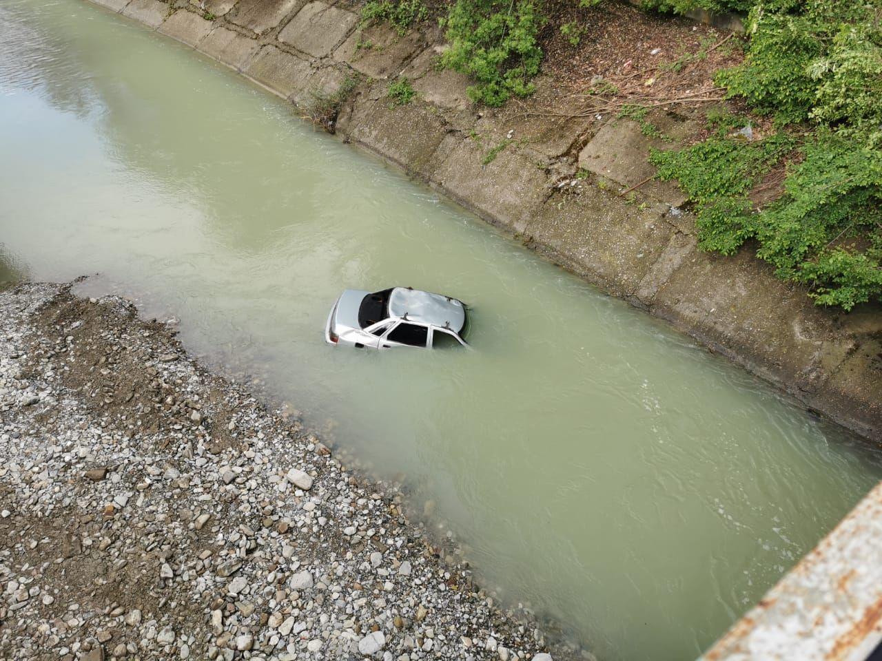 В Сочи автомобиль упал в реку Дагомыс