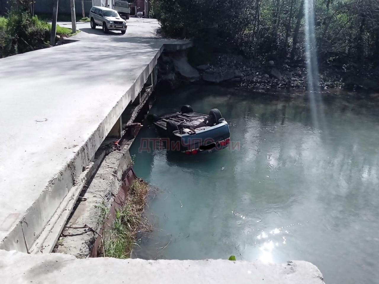 В Сочи иномарка упала с моста в реку Мацесту