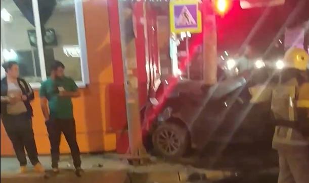 В Краснодаре BMW после ДТП врезался в закусочную, пострадали три человека